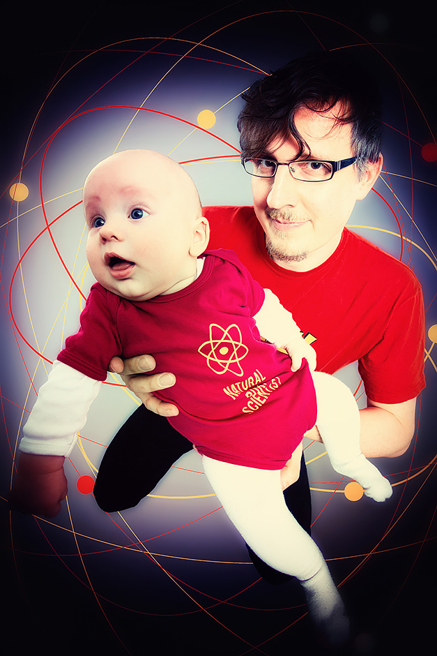 Physiker mit Baby in rotem Strampler mit Aufdruck Natural born scientist