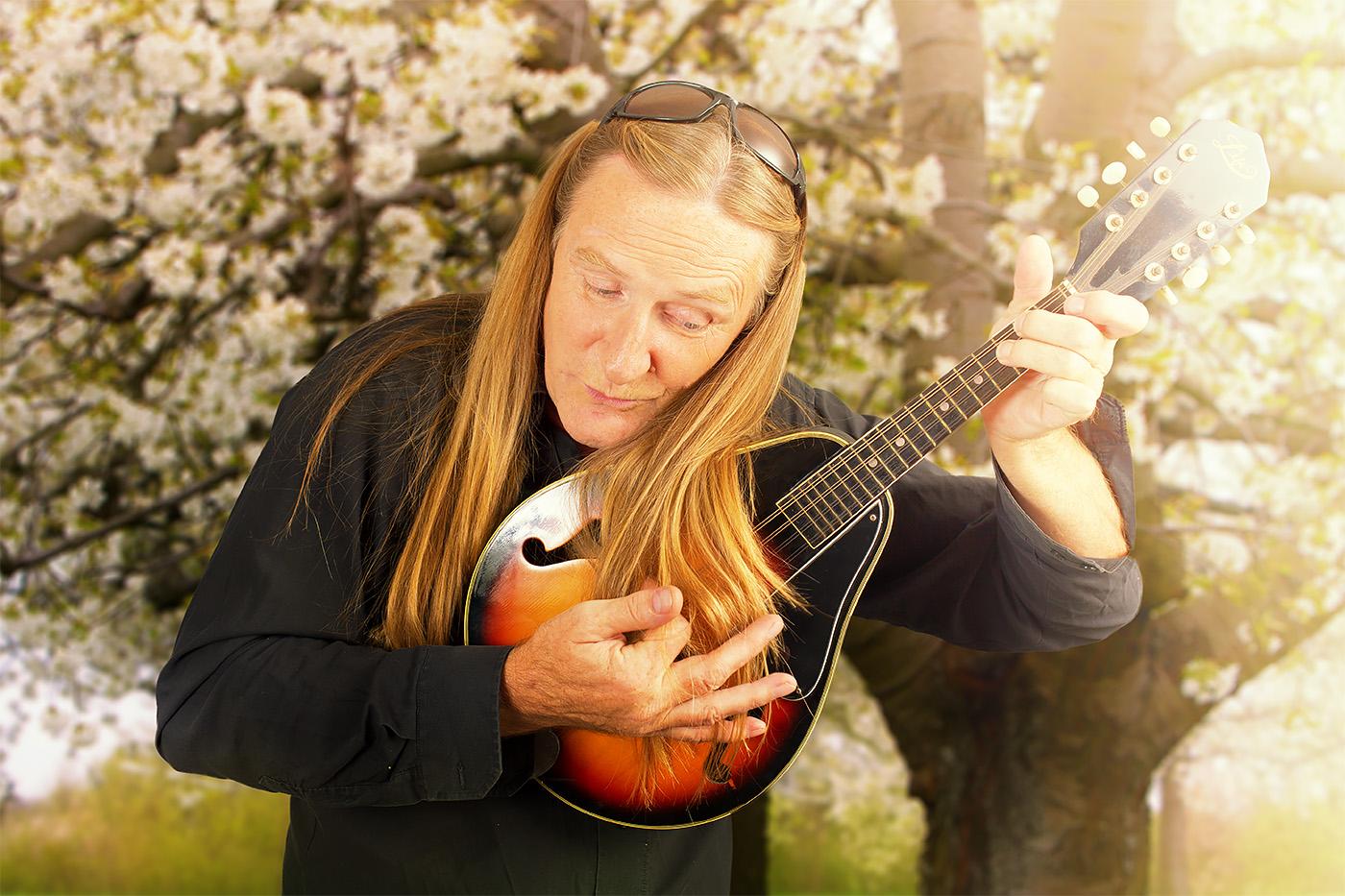 Cord Kunze - Bassist The Gypsys - im Frühling mit einer Mandoline
