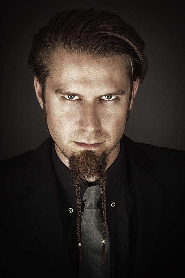 """Portrait von Dominik """"Dömsen"""" Stotzem im Anzug"""