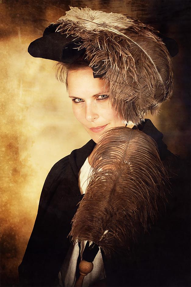 Frau mit Hut und Federn. Kleidung von Darkdirndl Historic Couture