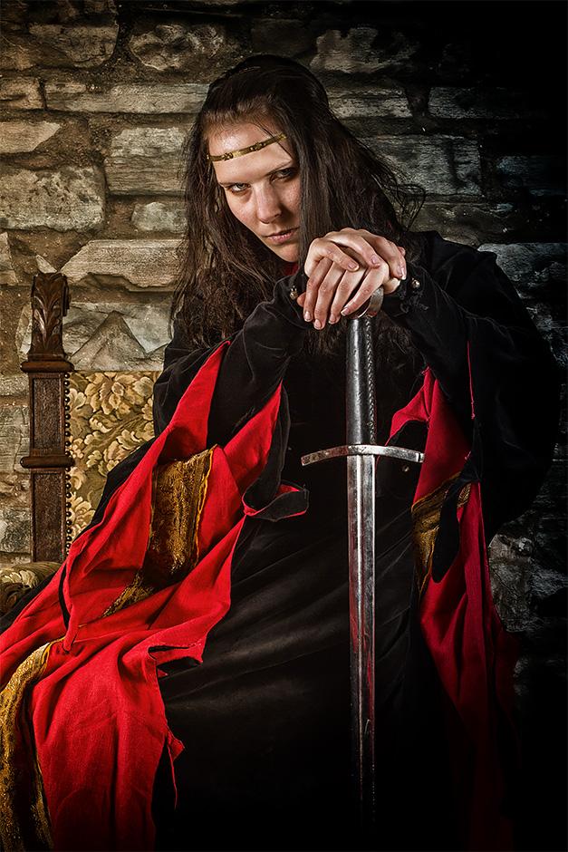 Frau mit Umhang und Schwert.  Kleidung von Darkdirndl Historic Couture