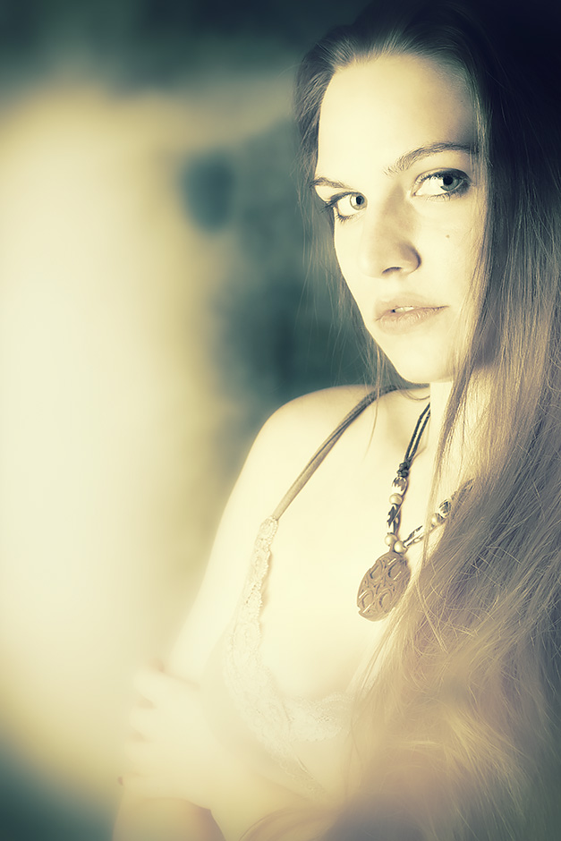 Ein helles Frauenportrait mit einem keltischen Anhänger