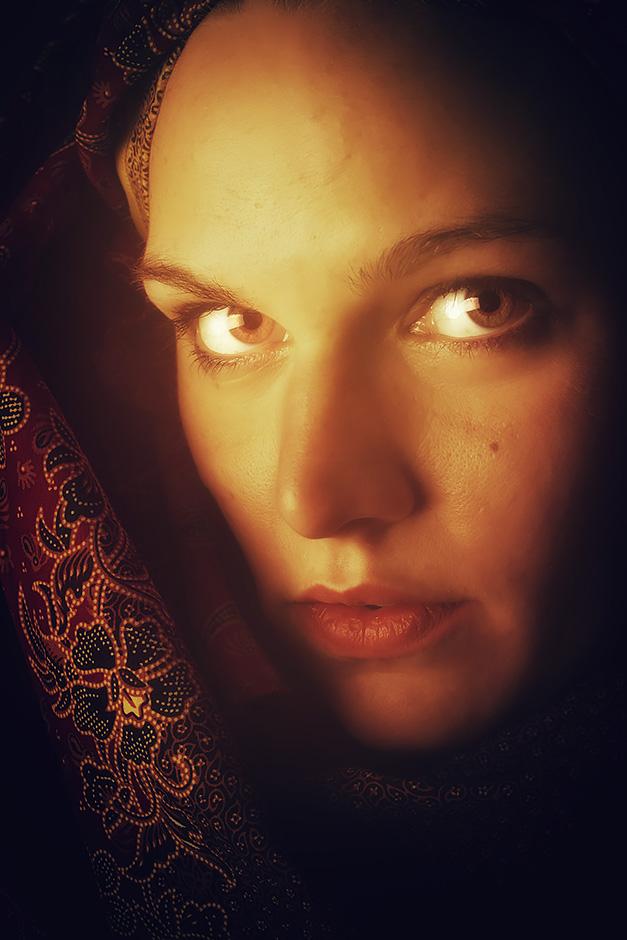 Frauenportrait mit Tuch orientalisch anmutend