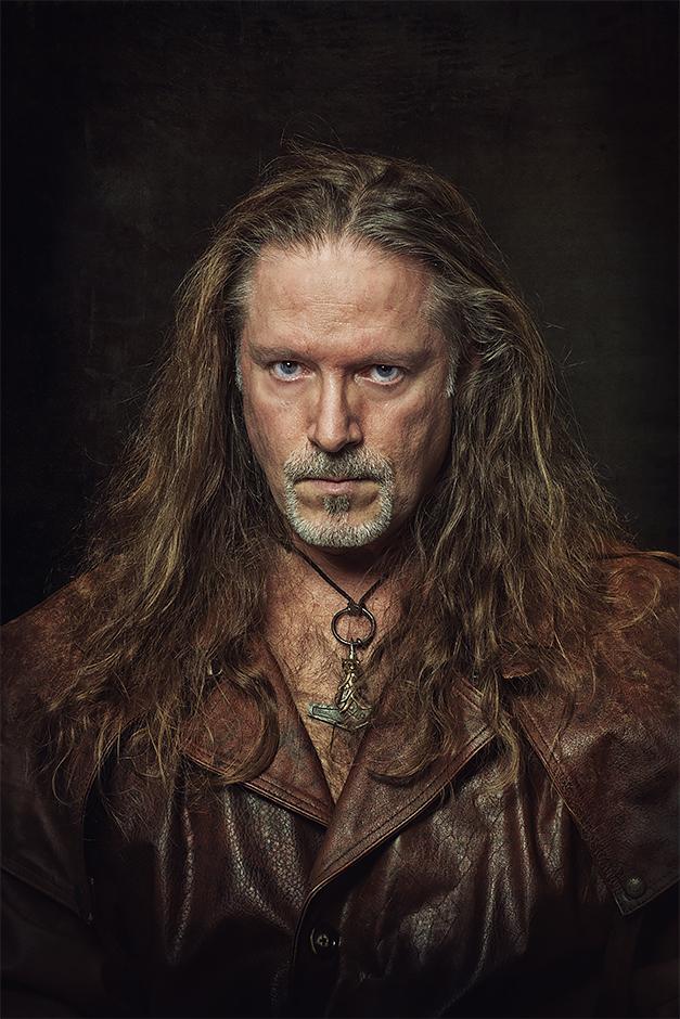 Selbstportrait Markus Gath - archaisch im Ledermantel