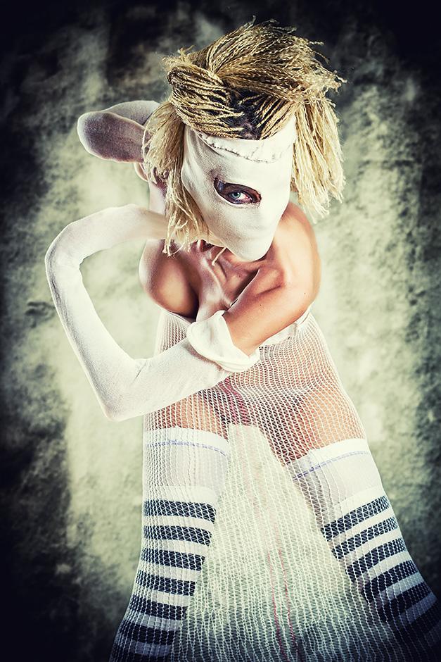 Frau in weissen Krankenhaus-Bandagen - Model Petra Wimmer