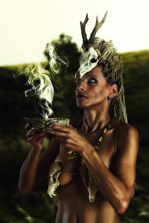 Eine Schamanin haelt eine Raeucherschale vor sich - Model Petra Wimmer