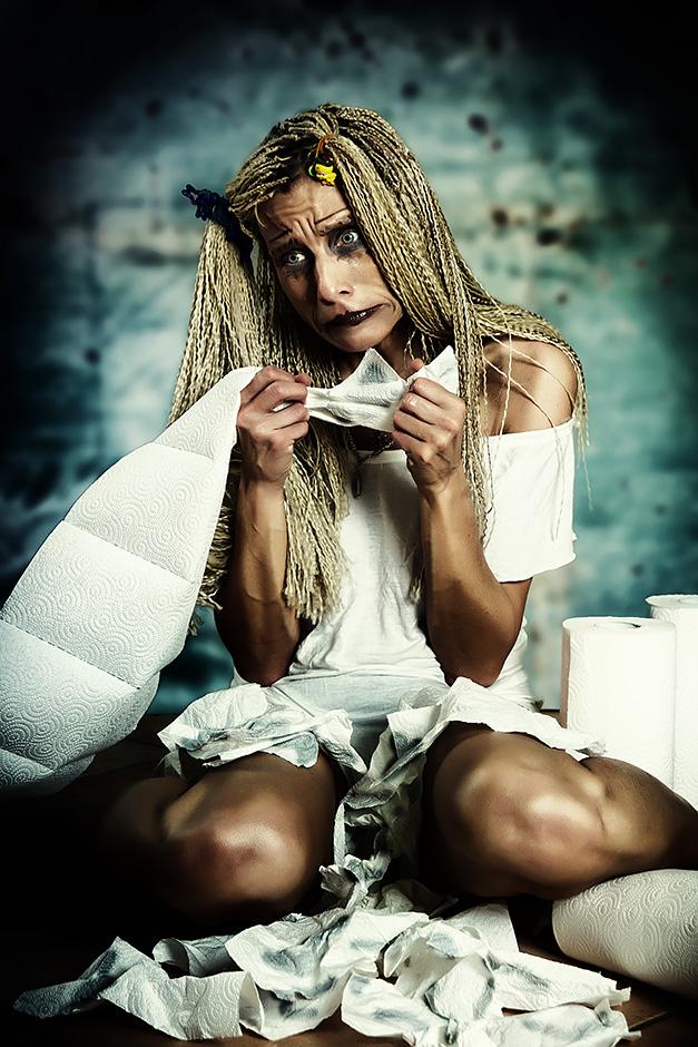 Trauriges Maedchen mit Papiertuechern am Boden sitzend - Model petra Wimmer