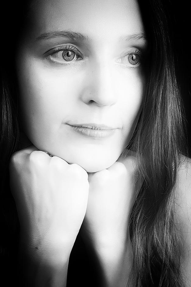 Romantisches schwarz-weiss Portrait einer jungen Frau