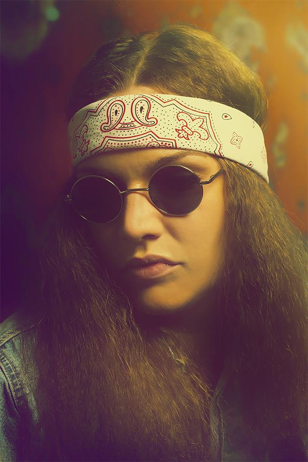 Portrait einer jungen Frau im Stil der Hippie-Bewegung