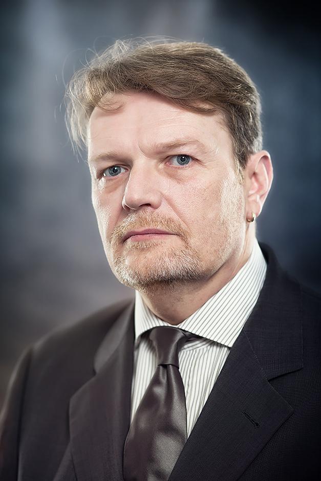 Portrait eines Mannes im grauen Anzug