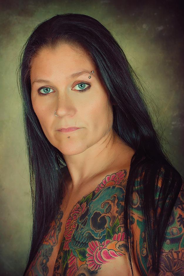 Portrait einer taetowierten Frau mit dunklen Haaren