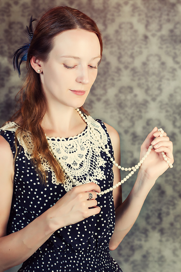Frau mit Perlenkette vintage-stil