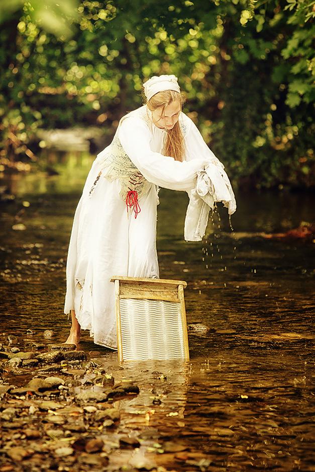Frau Waesche waschend in Bach - Gewandung von DarkDirndl Historic Couture
