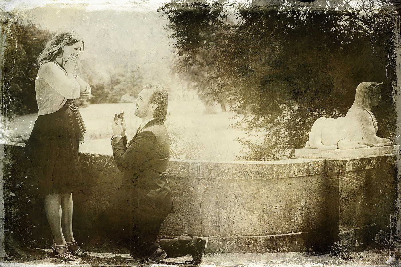 Brautpaar im Park Schoenbusch, der Braeutigam kniet vor der Braut