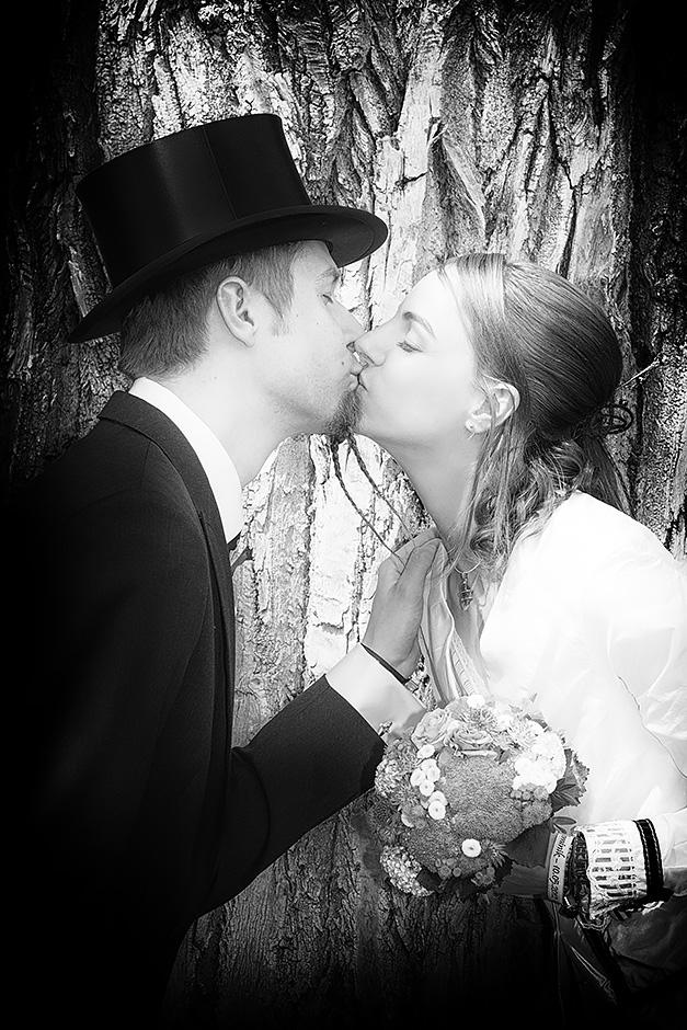 Brautpaar im vintagelook mit Frack und Zylinder küssend