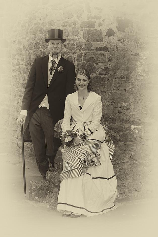 Brautpaar im vintagelook mit Frack und Zylinder sepia