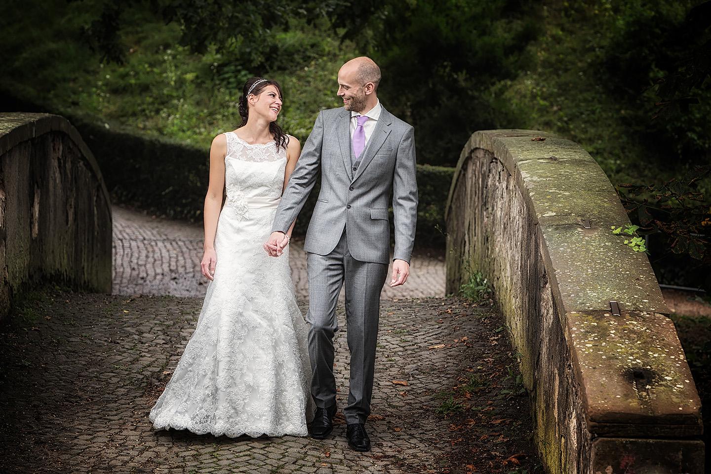 Brautpaar auf Bruecke im Park Wilhemsbad in Hanau