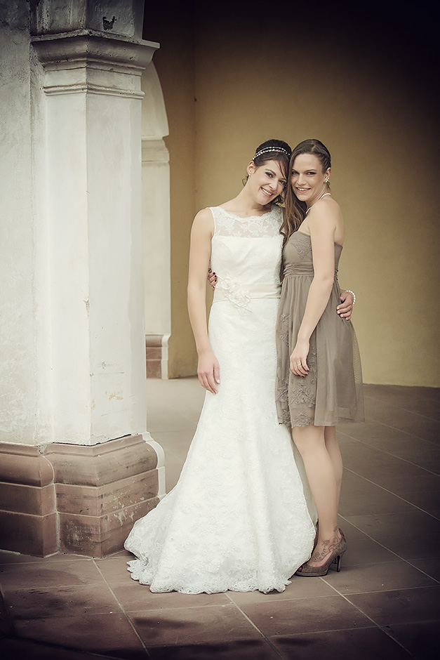 Braut und Trauzeugin vor dem Wilhemsbad in Hanau