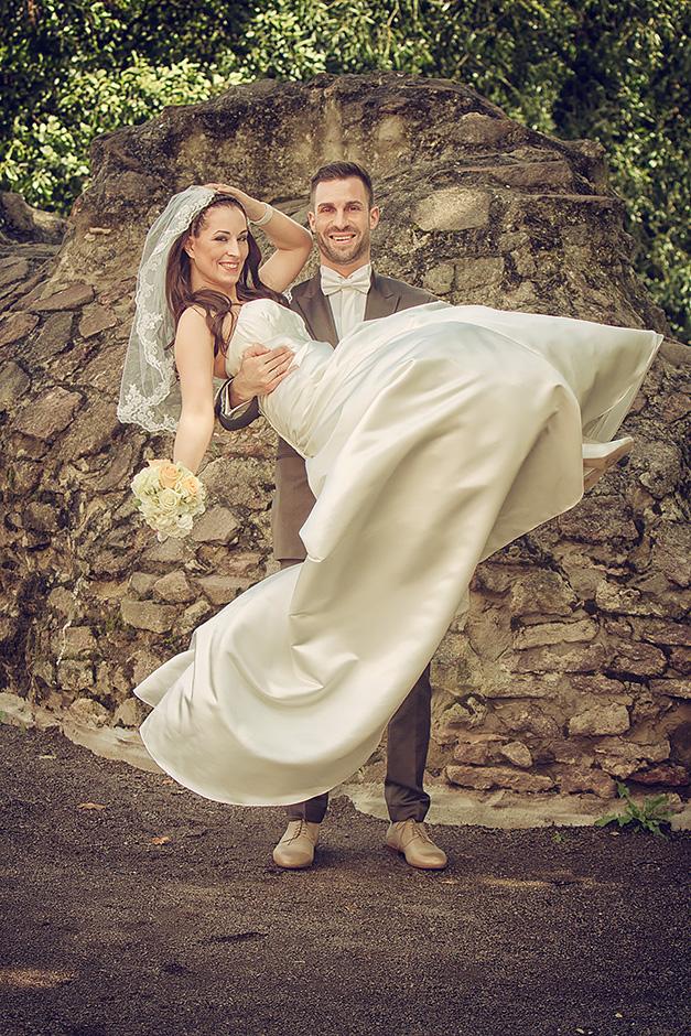 Braueutigam traegt Braut