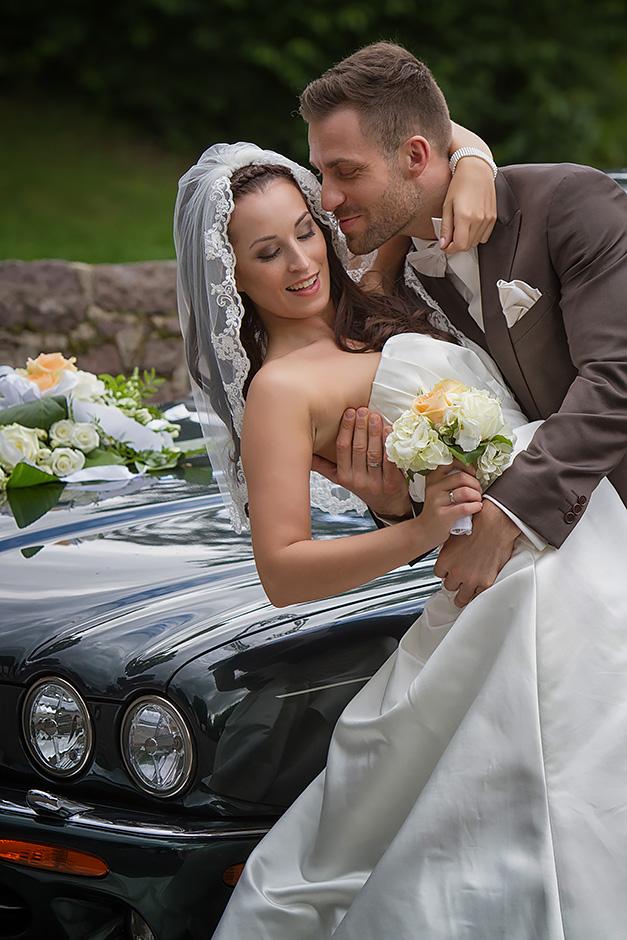 Brautpaar vor Limousine