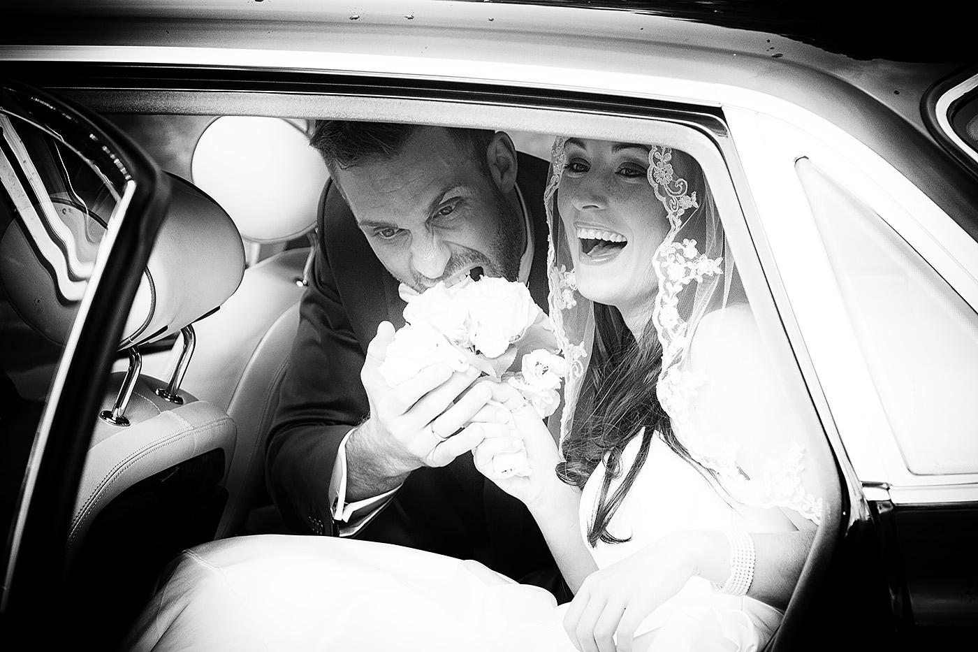 Brautpaar in Limousine sitzend