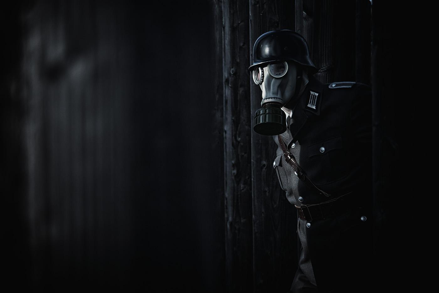 Mann mit Gasmaske in Uniform