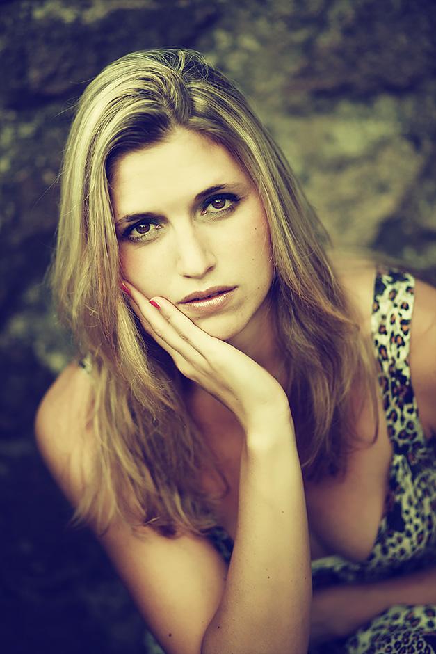 Portrait einer blonden Frau mit braunen Augen