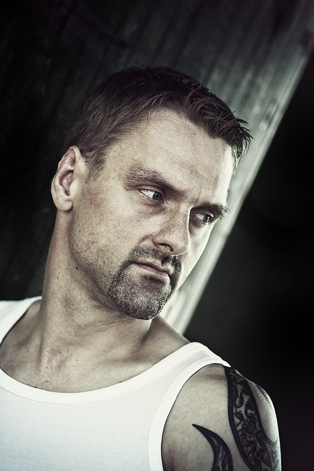 Taetowierter Mann Portrait Feinripp