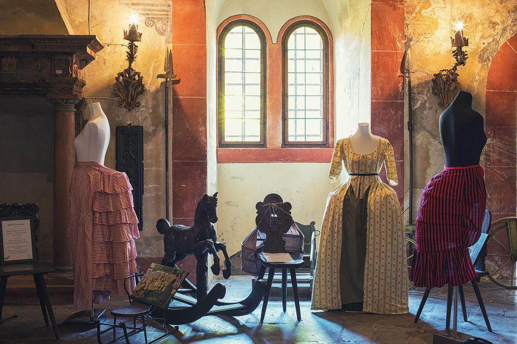 Schloss Buedingen Ausstellungsraum Robe l Anglaise